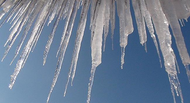 Başkent'te buz sarkıtlarıyla mücadele